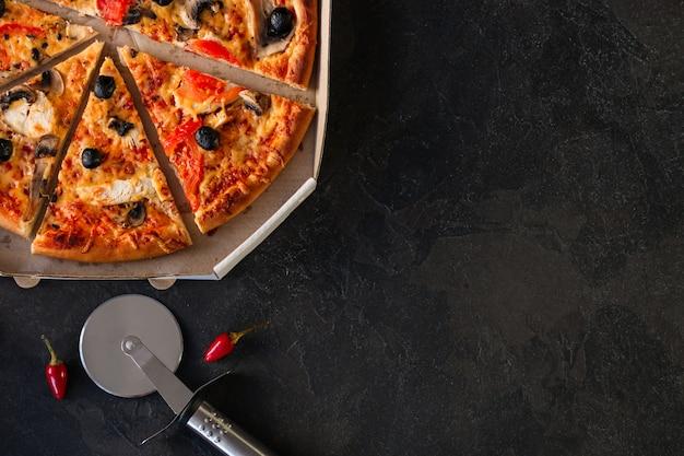 ピザ、きのこ、オリーブ、チキン、トマトソース、チーズ、(ピザの材料)