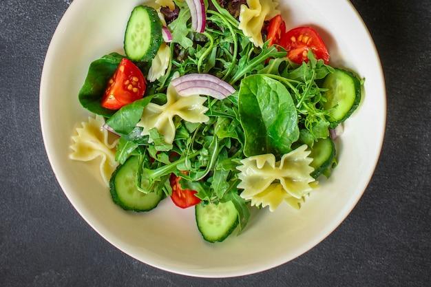 イタリアのパスタサラダファルファッレ、野菜、ミックスリーフ、トップビュー