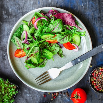 葉はサラダ野菜とトマトを混ぜます