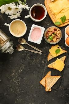 朝食または軽食(コーヒー、ヨーグルト、チーズ、サンドイッチ、コーンフレークなど)
