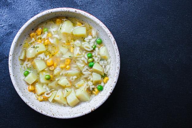 スープ野菜とパスタのアルファベット、エンドウ豆、トウモロコシ