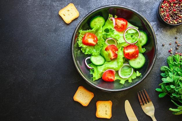 Полезный салат из помидоров, огурцов, микс листьев других
