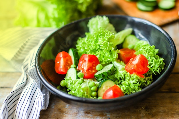 ヘルシーなサラダの葉ミックス野菜