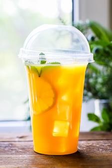 オレンジジュースまたはミントとレモネード