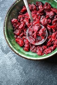 ドライチェリーまたはクランベリーの甘い果実