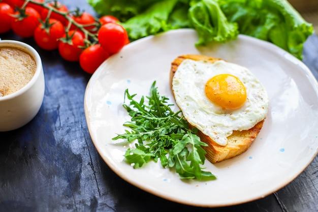 目玉焼きとトーストパンの朝食スナック
