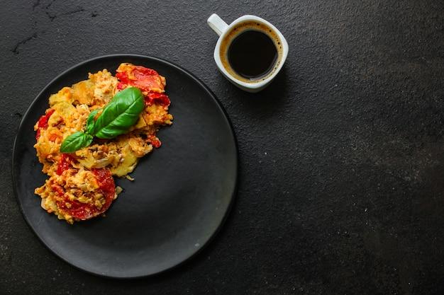 スクランブルエッグトマト、美味しくてヘルシーな朝食、メニュー。食物。コピースペース