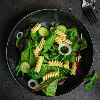 パスタサラダフジッリ(レタス、ほうれん草、野菜、ジェメリの葉)メニューコンセプト