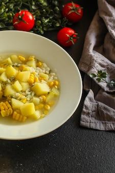 トウモロコシと野菜のスープ(最初のコース、ベジタリアン料理)
