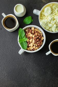 朝食、コーンフレーク、コーヒー、カッテージチーズその他-美味しくて健康的