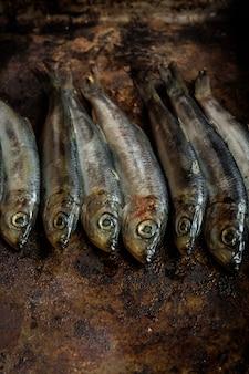 木製のテーブルに塩辛い魚