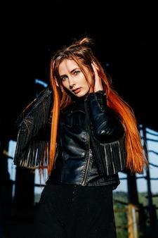 夕暮れ時の黒い革のジャケットでかわいい赤い髪の少女の肖像画
