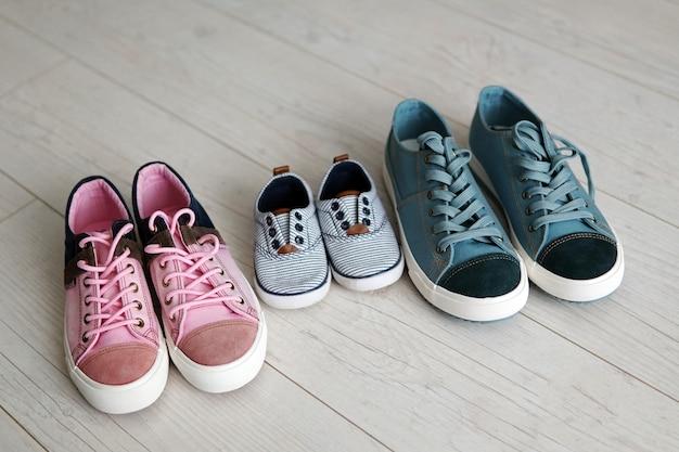 Обувь папа, мама и маленький сын.