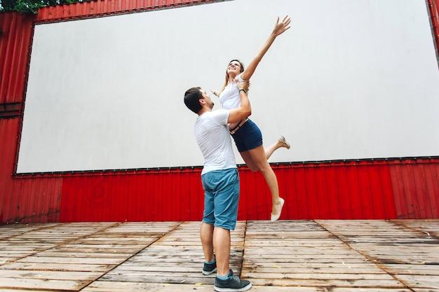 Парень кружит свою подругу на уличной сцене