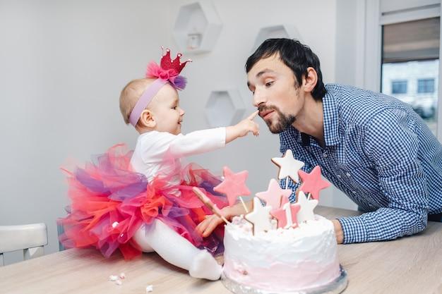 若い家族のケーキと誕生日を祝う