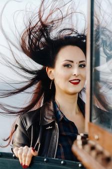 Портрет брюнетки с развевающимися волосами на ветру