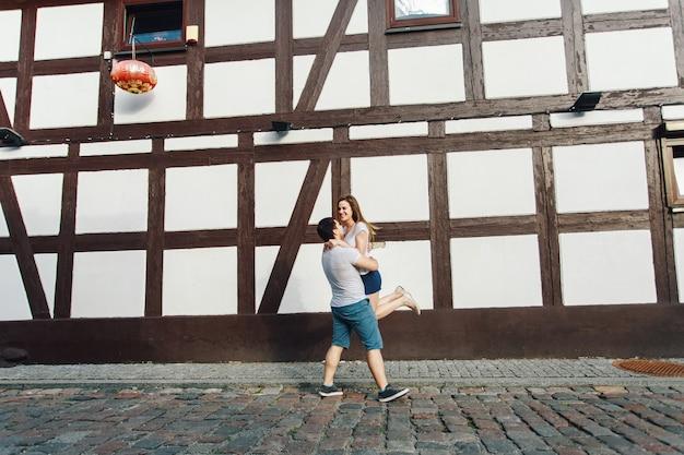 男と女が夏に街を歩いています