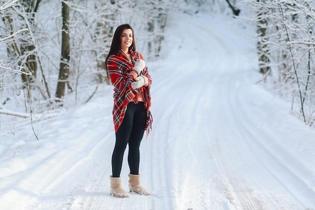 冬の森の毛布でブルネット