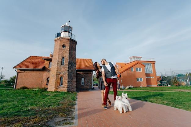 小さなかわいい子犬を歩く若い夫婦