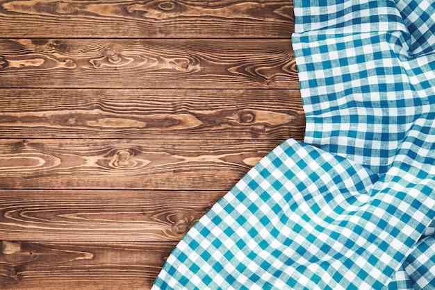 木製のテーブルに青い市松模様のテーブルクロス