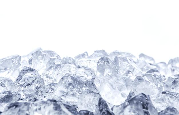 白い背景の上の砕いた氷