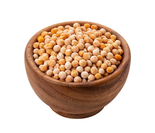 乾燥したエンドウ豆と茶色の木製ボウル