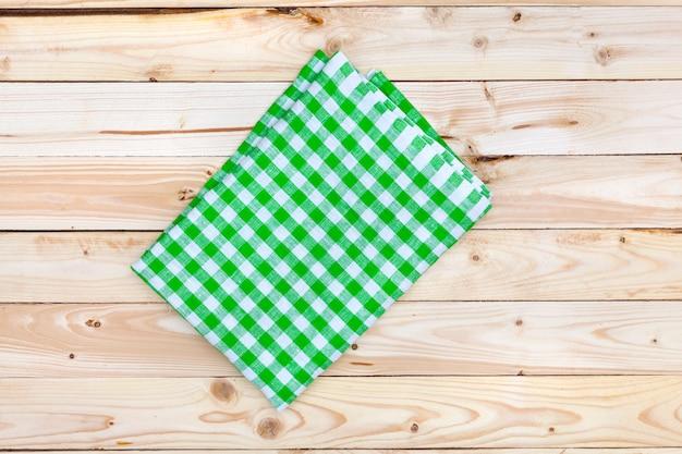木製のテーブル、トップビューで緑のテーブルクロス