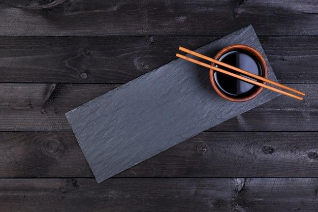 醤油、黒い石の箸。上面図