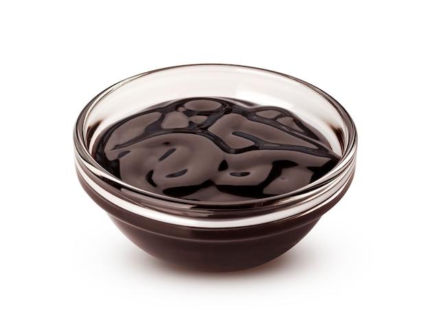 白い背景で隔離の甘いチョコレートソース