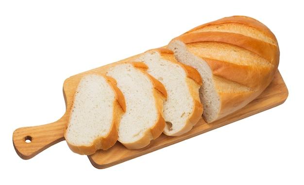 白い背景に分離された木製のまな板にパンをスライス