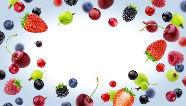 Рамка из разных ягод, изолированные на белом