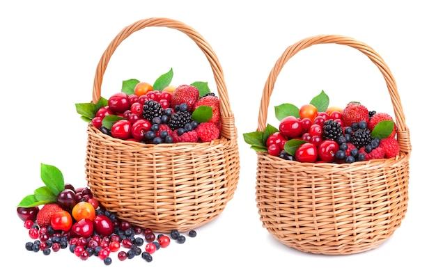 白のバスケットで新鮮な果実