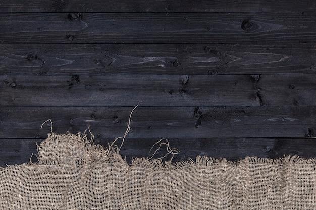 黄麻布の暗い木製のテーブル