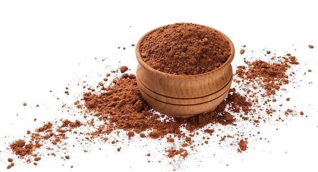Куча какао-порошка в деревянной миске на белом фоне