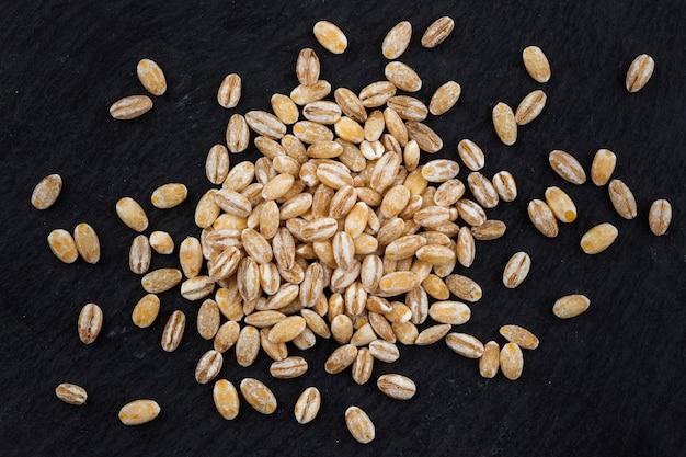 黒の背景にパール大麦