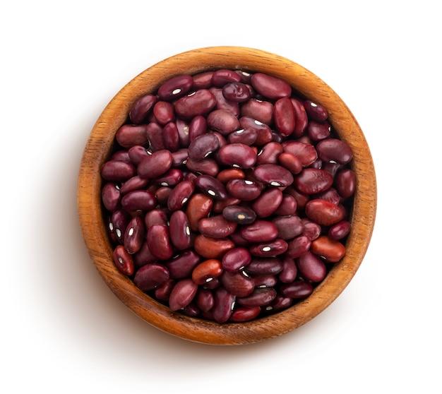 白で隔離される木製のボウルに赤豆