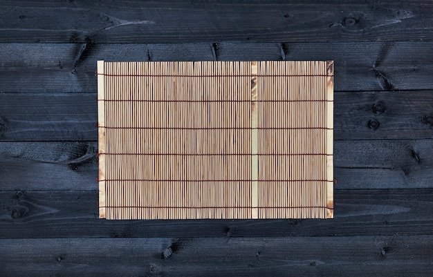 木製テーブル、トップビューで竹マット