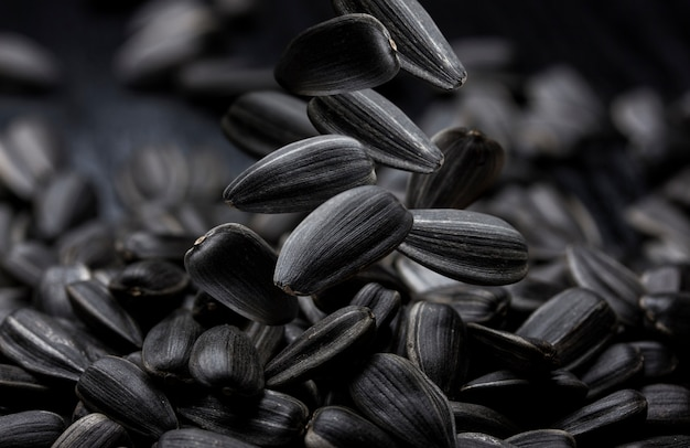 黒いひまわりの種のクローズアップ