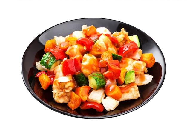 アジアのサラダ-白で隔離されるスパイシーなソースで野菜と鶏肉