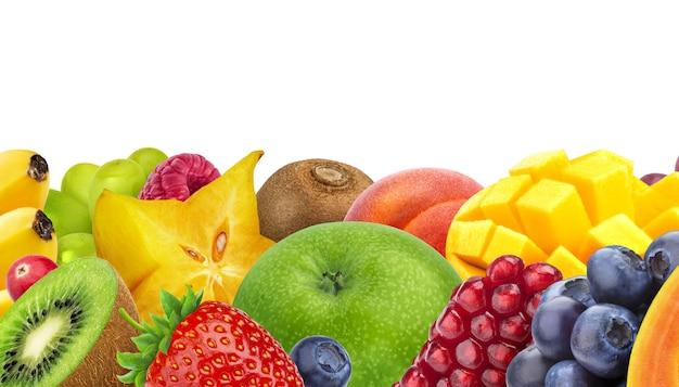 コピースペース、新鮮でヘルシーなフルーツとベリーのクローズアップ、パノラマ写真と白で分離されたエキゾチックなフルーツの品揃え