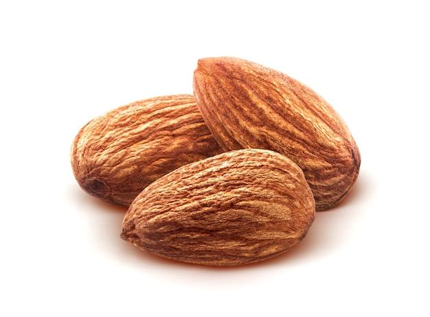 Миндальные орехи на белом фоне