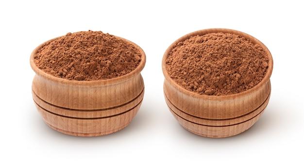 Какао-порошок в миске на белом фоне