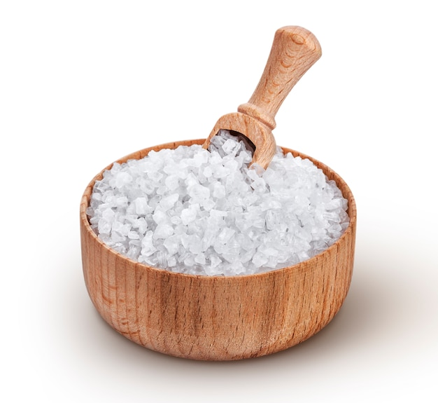 白い背景で隔離のスクープと木製のボウルに海の塩