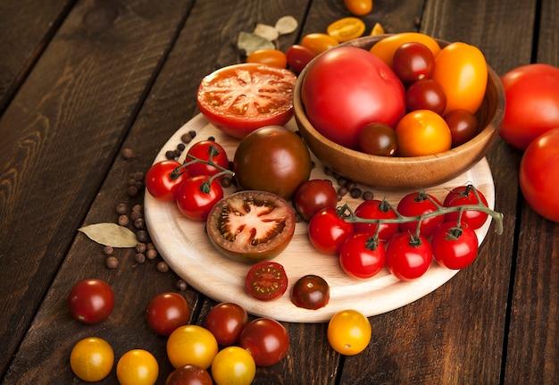 木製テーブルの上のトマト