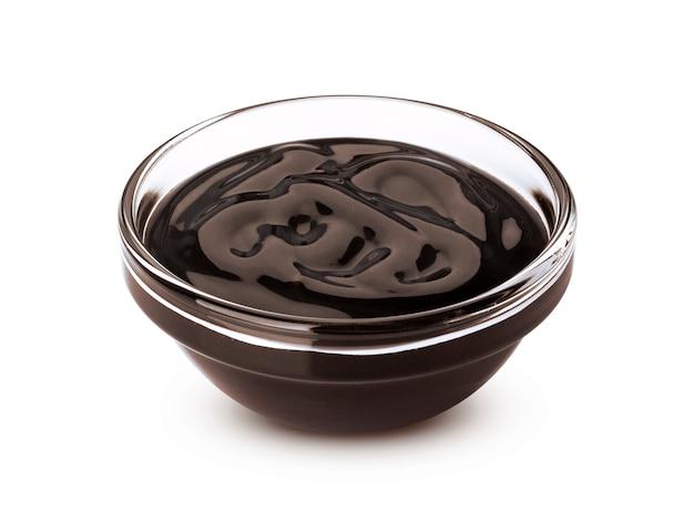 ガラスのボウルに甘いチョコレートソース