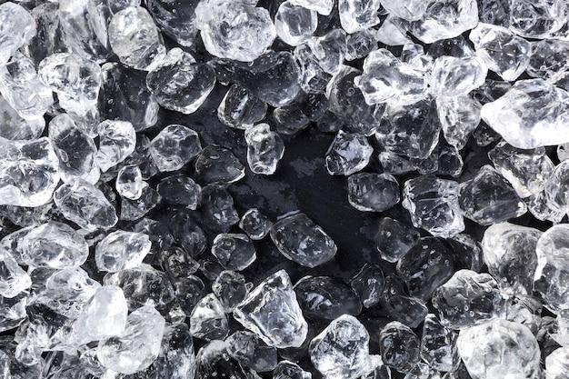 Ледяная крошка на черной поверхности