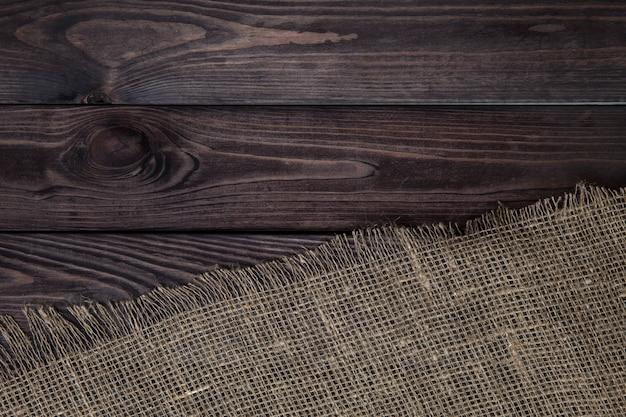 木製の表面に黄麻布