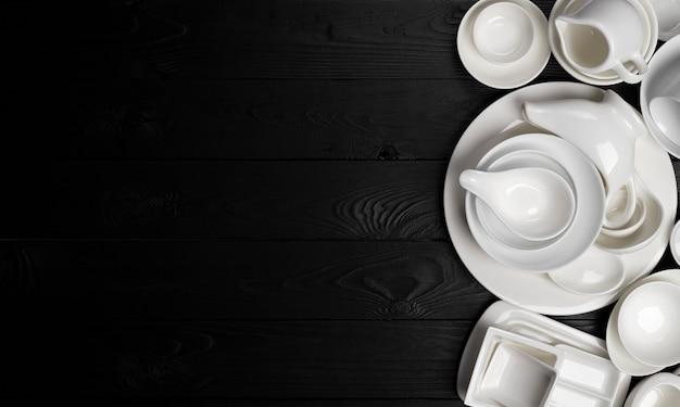 Набор пустой посуды на черной поверхности