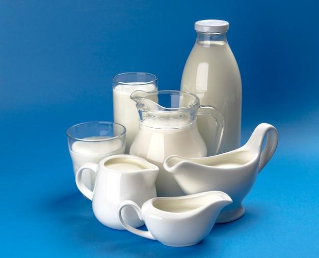 青い木製の表面に乳製品のコレクション