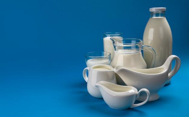 青い木製の乳製品のコレクション